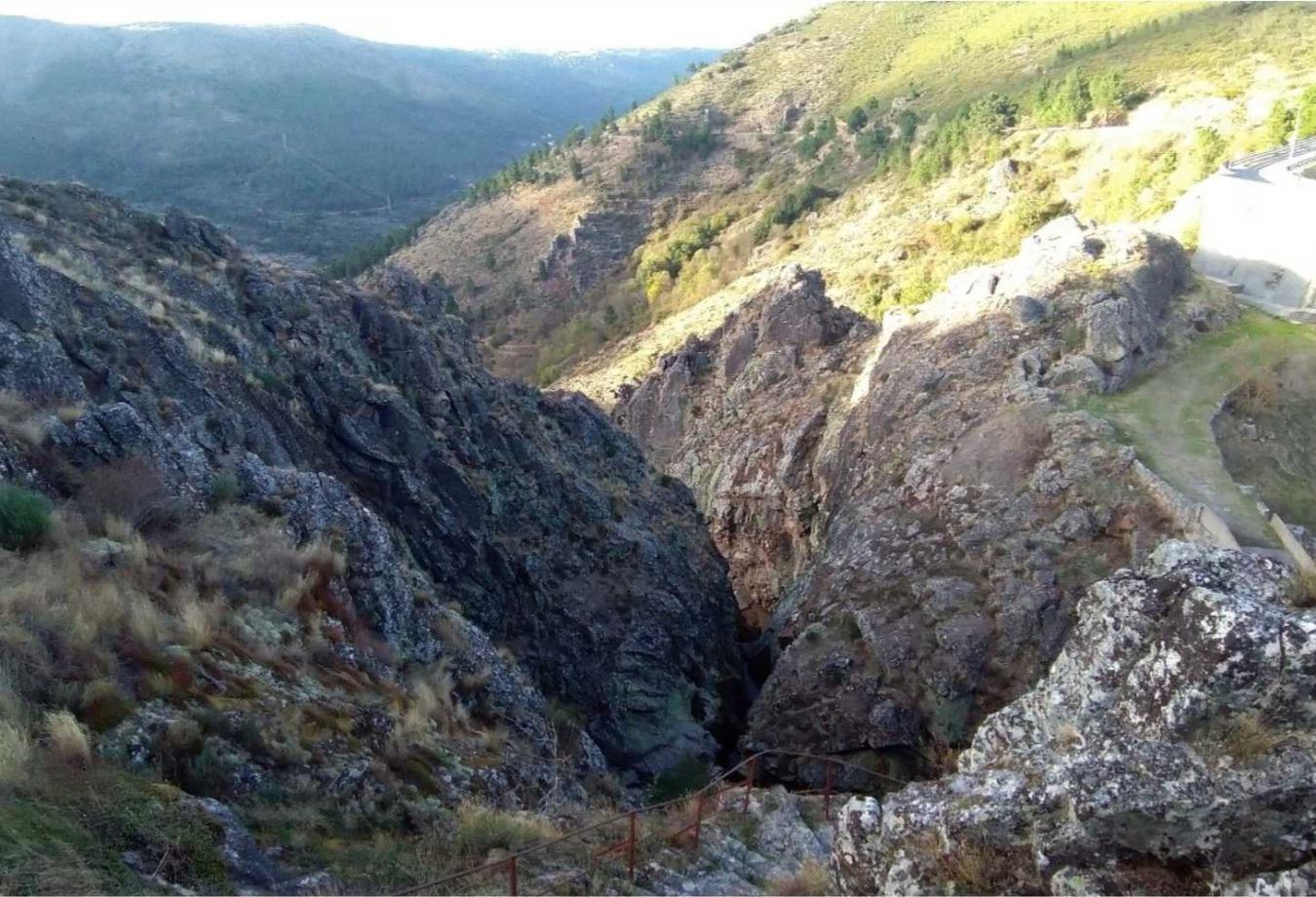 Panorâmica observável do miradouro do Mocho Real para a garganta fluvial do Caldeirão.